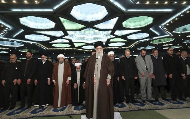 המנהיג העליון האייטוללה עלי ח'מינאי מוביל תפילה (צילום: Office of the Iranian Supreme Leader via AP, File)