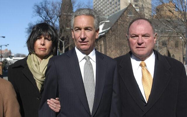 צ'ארלס קושנר, במרכז, מלווה באשתו ופרקליטו, מגיע לבית המשפט הפדרלי לשמוע את גזר דינו, ב-4 במרץ 2005 (צילום: AP Photo/Marko Georgiev)