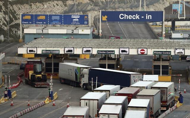 משאיות נכנסות לנמל דובר שבאנגליה – מנקודות החיבור המרכזיות של בריטניה עם צרפת ועם נמלים נוספים בצפון אירופה, 31 בדצמבר 2020 (צילום: Gareth Fuller/PA via AP)