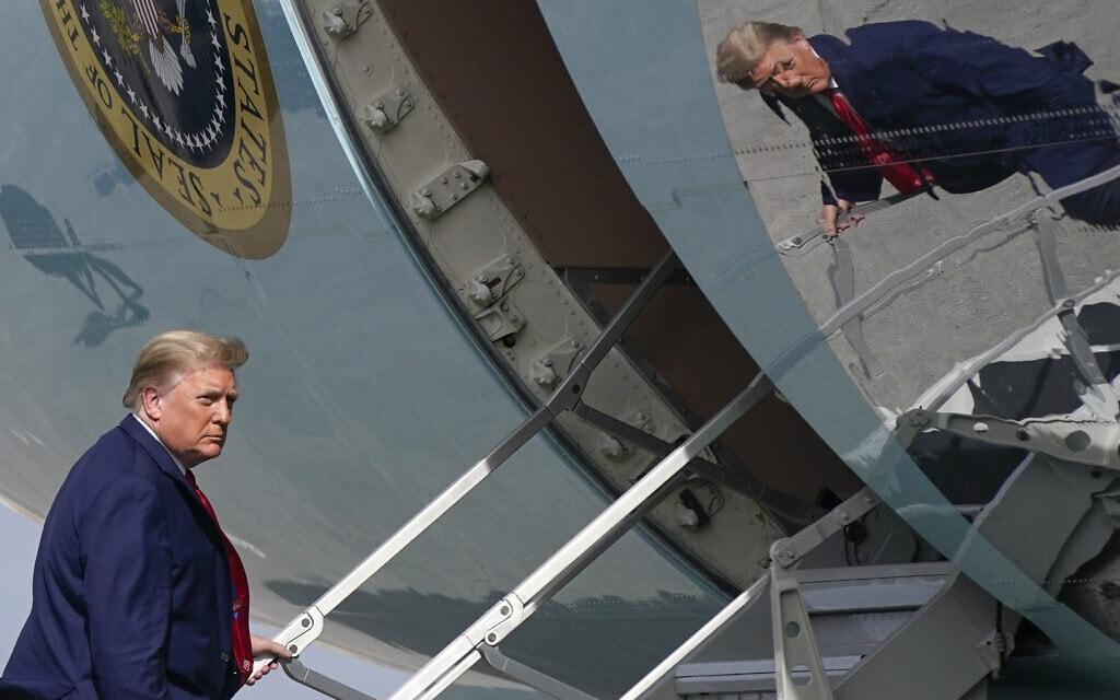 דונלד טראמפ עולה על מטוס אייר פורס 1 בדרכו חזרה לוושינגטון הבירה, אחרי שבילה את חופשת חג המולד בפלורידה. 31 בדצמבר 2020 (צילום: AP Photo/Patrick Semansky)