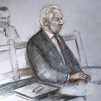ג'וליאן אסאנג' בבית המשפט הפלילי של לונדון, כפי שאויר על ידי אליזבת קוק, 4 בינואר 2021 (צילום: Elizabeth Cook/PA via AP)