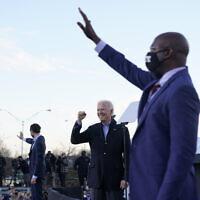 רפאל וורנוק עם ג׳ו ביידן וג׳ון אוסוף ברקע (צילום: AP Photo/Carolyn Kaster))