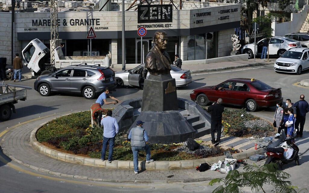 פסל של קאסם סולימאני בביירות שבלבנון, 6 בינואר 2021 (צילום: Bilal Hussein, AP)