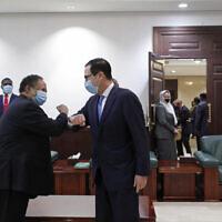 ראש ממשלת סודן עבדאללה חמדוכ (משמאל) ושר האוצר של ארצות הברית סטיבן מנוצ'ין בחרטום שבסודן, 6 בינואר 2021 (צילום: AP)