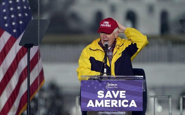"""חבר הקונגרס מאלבמה מו ברוקס עם כובע שעליו כתוב """"לפטר את פלוסי"""", נואם בכנס תומכי טראמפ לפני הפריצה לבית הנבחרים ב-6 בינואר 2021 (צילום: AP Photo/Jacquelyn Martin)"""