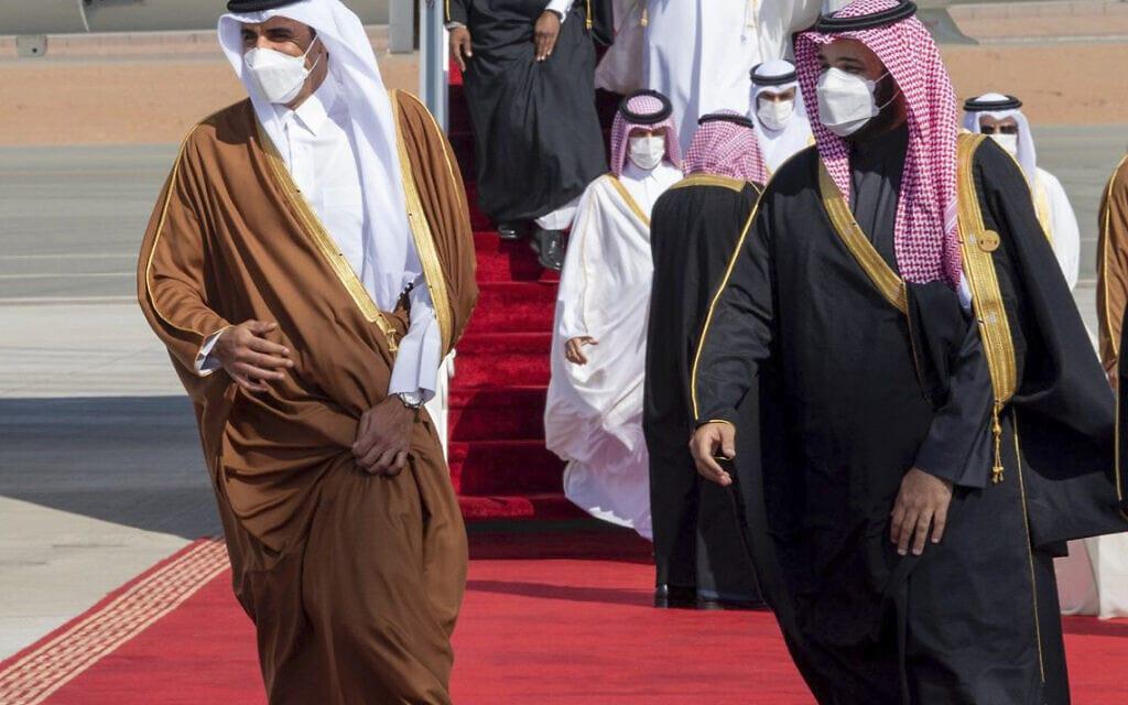 יורש העצר הסעודי מוחמד בן סלמאן ואמיר קטר תמים בן חמד אאל ת'אני באל-עולא שבסעודיה, 5 בינואר 2021 (צילום: Saudi Royal Court via AP, File)