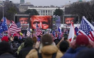 תומכי טראמפ מסתערים על גבעת הקפיטול, 6 בינואר 2021 (צילום: AP Photo/John Minchillo)