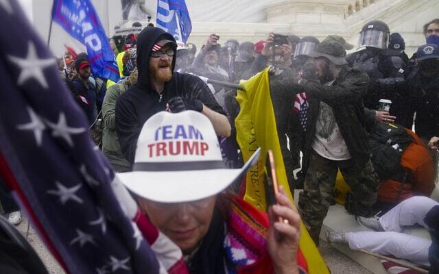 מפגינים מתעמתים עם שוטרים בפריצה לבית הנבחרים, 6 בינואר 2021 (צילום: AP Photo/John Minchillo)