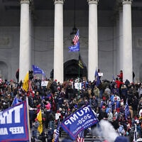 תומכי טראמפ מסתערים על גבעת הקפיטול, 6 בינואר 2021 (צילום: AP Photo/Julio Cortez)