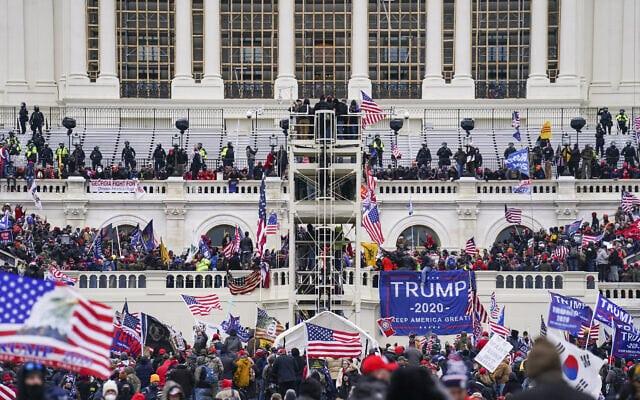 תומכי טראמפ משתלטים על מדרגות גבעת הקפיטול, המקום בו מושבע נשיא ארצות הברית, 6 בינואר 2021 (צילום: AP Photo/John Minchillo)