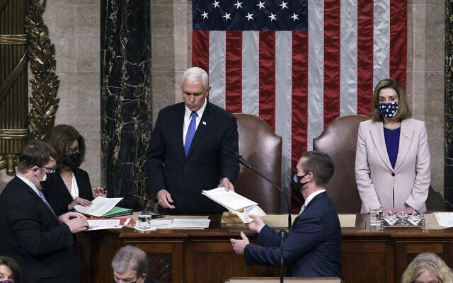 """סגן הנשיא מייק פנס ויו""""ר בית הנבחרים ננסי פלוסי בתהליך אישרור תוצאות הבחירות, 6 בינואר 2021 (צילום: AP Photo/J. Scott Applewhite, Pool)"""