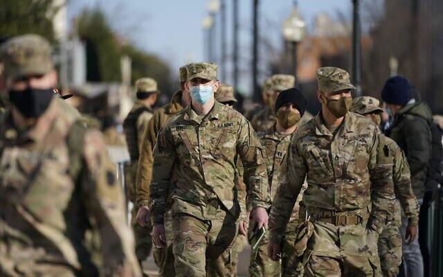 כוחות המשמר הלאומי של וושינגטון הבירה צועדים לעבר גבעת הקפיטול, 6 בינואר 2021 (צילום: AP Photo/Julio Cortez)