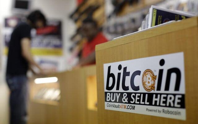 """מסחר בביטקוין בחנות בארה""""ב (צילום: AP Photo/Eric Gay)"""
