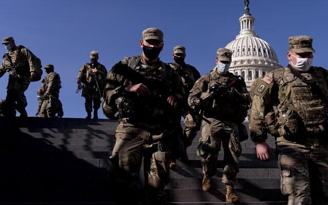 חיילי המשמר הלאומי נפרסים בגבעת הקפיטול לקראת ההשבעה של ג'ו ביידן, 14 בינואר 2021 (צילום: AP Photo/Andrew Harnik)