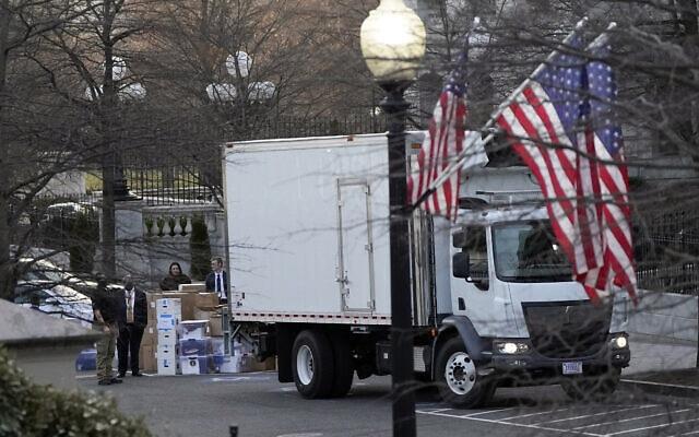 משאיות הובלה מגיעות לבית הלבן לפנות את מיטלטלי משפחת טראמפ, 14 בינואר 2021 (צילום: AP Photo/Gerald Herbert)