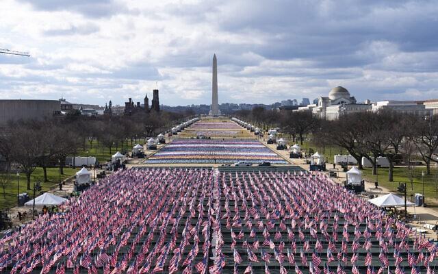אלפי דגלים מכסים את הנשיונל מול בוושינגטון לקראת ההשבעה של ג'ו ביידן, 18 בינואר 2021 (צילום: AP Photo/Alex Brandon)