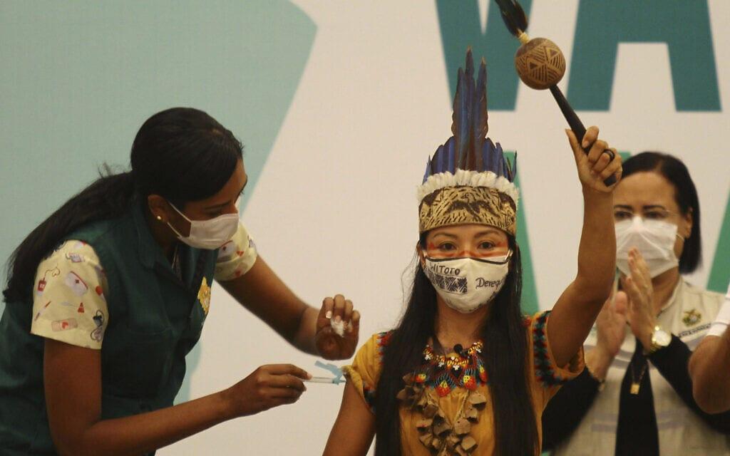 ונדה אורטגה, עובדת במערכת הבריאות של ברזיל, היא האישה הראשונה לקבל את החיסון נגד הקורונה בתחילת מבצע החיסונים בברזיל, 18 בינואר 2021 (צילום: AP Photo/Edmar Barros)