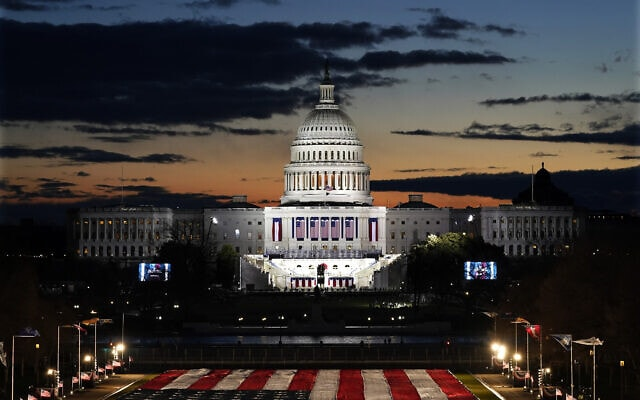 בניין הקפיטול מואר לכבוד טקס ההשבעה של ג'ון ביידן וקמלה האריס, 20 בינואר 2021 (צילום: AP Photo/Julio Cortez)