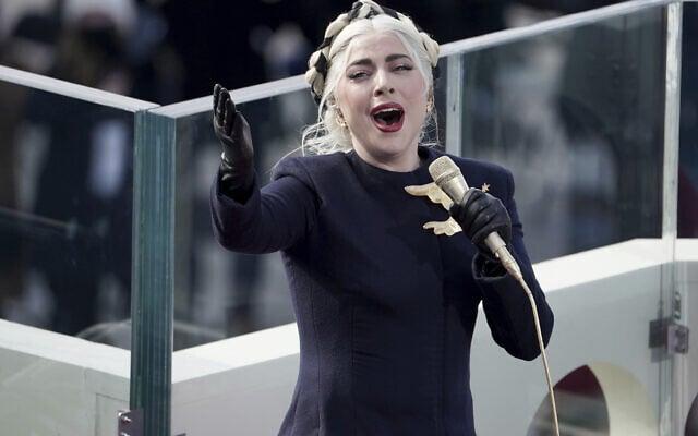 ליידי גאגא שרה את ההמנון האמריקאי בטקס ההשבעה של ג'ו ביידן וקמלה האריס, 20 בינואר 2021 (צילום: Greg Nash/Pool Photo via AP)