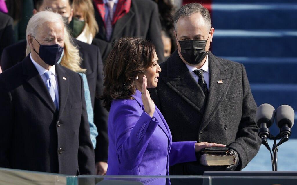 קמלה האריס בהשבעתה כסגנית נשיאה (צילום: AP Photo/Patrick Semansky, Pool))