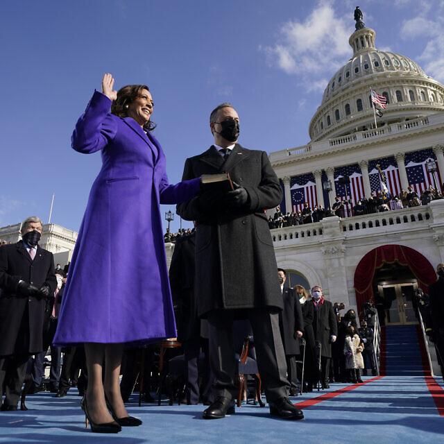 """קמלה האריס מושבעת לסגנית נשיא ארה""""ב, 20 בינואר 2021 (צילום: AP Photo/Andrew Harnik)"""
