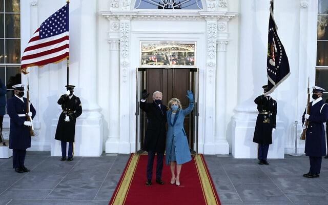 """הנשיא ה-46 של ארצות הברית, ג'ון ביידן, ואישתו ד""""ר ג'יל ביידן, נכנסים לבית הלבן. 20 בינואר 2021 (צילום: AP Photo/Alex Brandon, Pool)"""