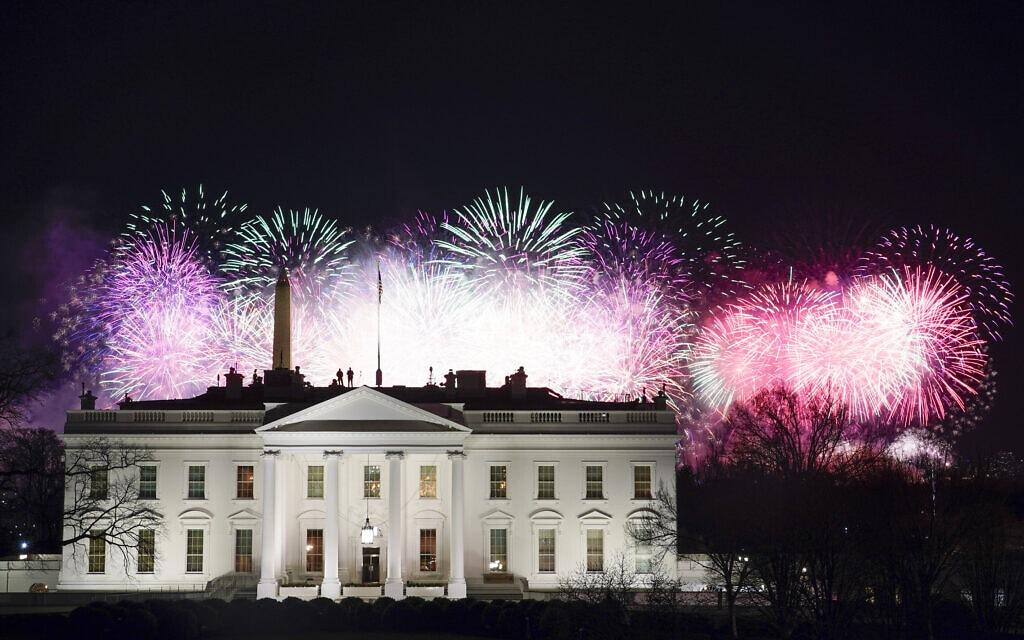 זיקוקי די-נור מעל לבית הלבן לכבוד השבעתו של הנשיא ה-46 ג'ו ביידן, 20 בינואר 2021 (צילום: AP Photo/David J. Phillip)