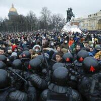 שוטרים מתעמתים עם מפגינים במחאה לשחרורו של אלכסיי נבלני במוסקבה, 23 בינואר 2021 (צילום: AP Photo/Dmitri Lovetsky)