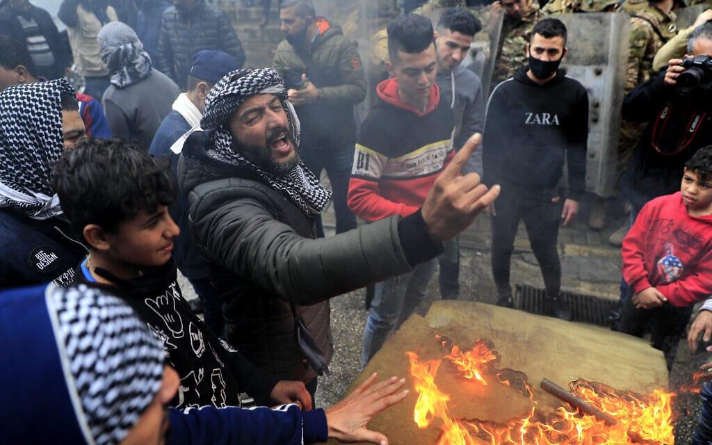 מפגינים מוחים נגד הסגר בטריפולי בלבנון, 28 בינואר 2021 (צילום: Hussein Malla, AP)