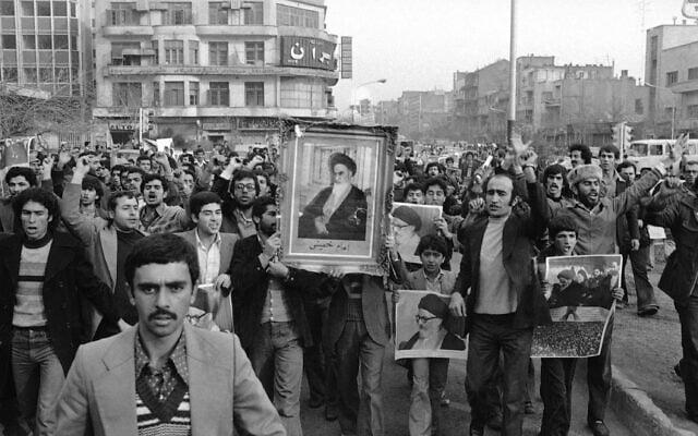 מפגינים הנושאים את תמונתו של האייתולה חומייני צועדים בטהראן, 20 בינואר 1979 (צילום: AP Photo/Saris)