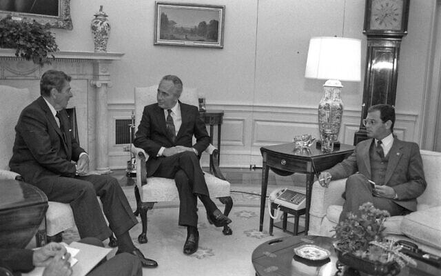 """נשיא ארה""""ב רונלד רייגן מארח את ראש הממשלה שמעון פרס בבית הלבן בספטמבר 1986. עמם בחדר נמרוד נוביק, יועצו המדיני של פרס (צילום: יעקב סער/לע""""מ)"""