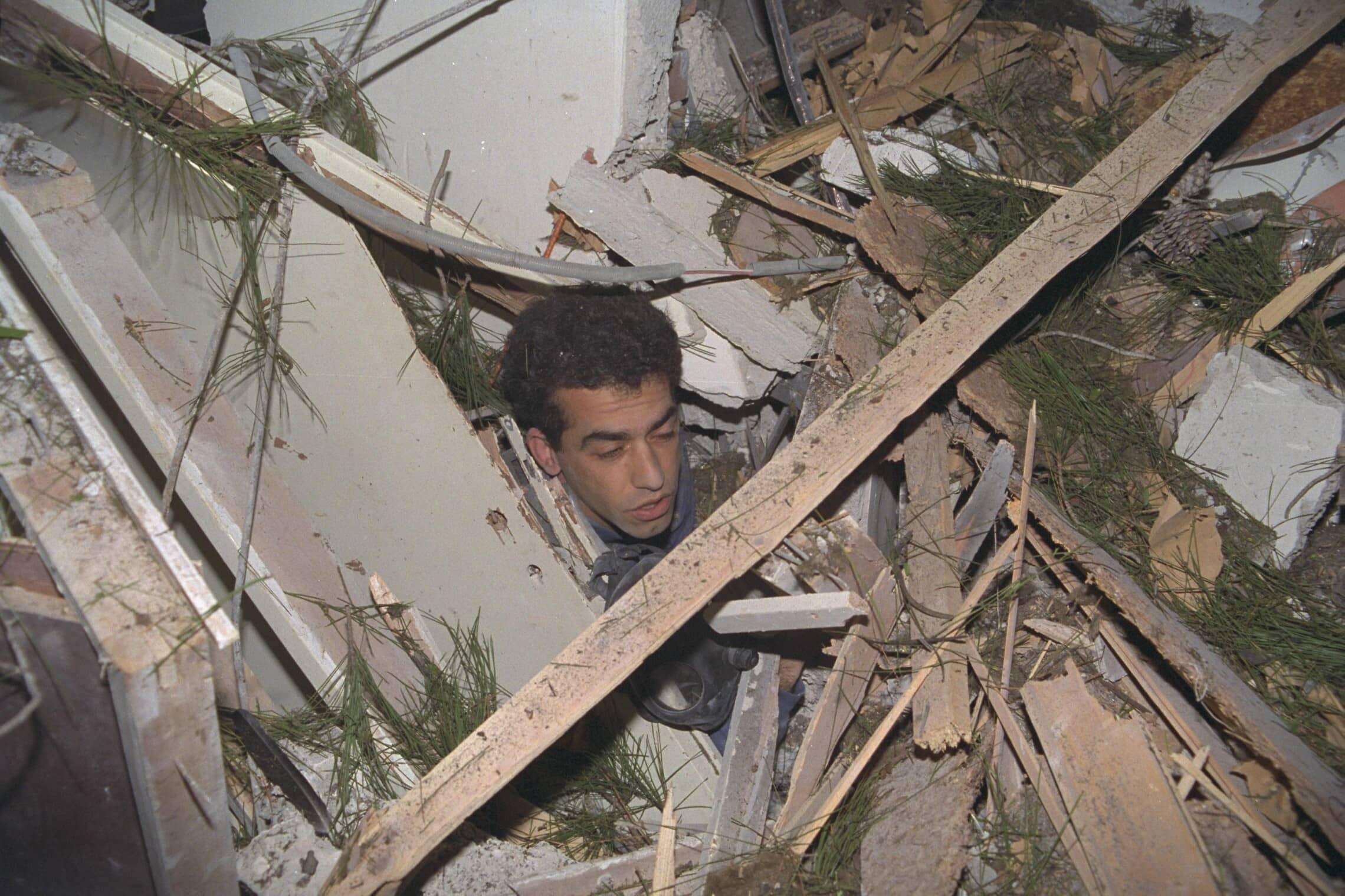 """ליאור דיאר לכוד בין הריסות ביתו בסביון שנהרס מפגיעת טיל סקאד ששוגר מעיראק ביום הראשון של מלחמת המפרץ (צילום: צביקה ישראלי/לע""""מ)"""