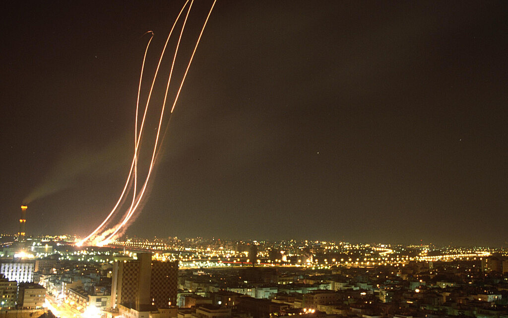 """שיגור טילי פטריוט במטרה ליירט טילי סקאד, ששוגרו מעיראק, מעל שמי תל אביב. 18 בינואר 1991 (צילום: נתן אלפרט/לע""""מ)"""