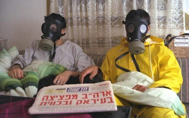 """משפחה ישראלית בחדר האטום ביום הראשון של מלחמת המפרץ (צילום: נתן אלפרט/לע""""מ)"""