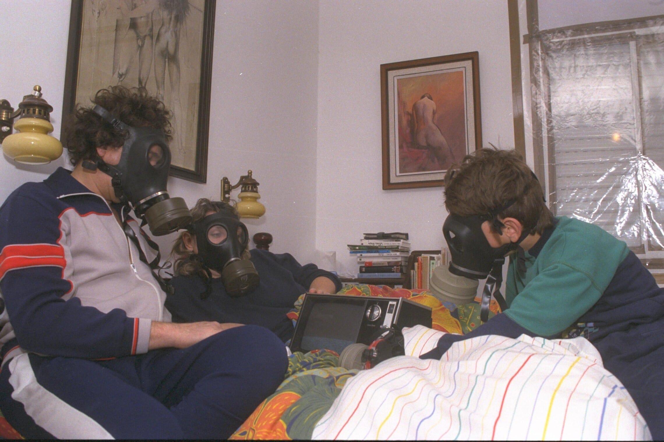 """בני משפחת גור מירושלים בחדר האטום, לאחר שמיעת אזעקת החירום בלילה הראשון של מלחמת המפרץ (צילום: יעקב סער/לע""""מ)"""