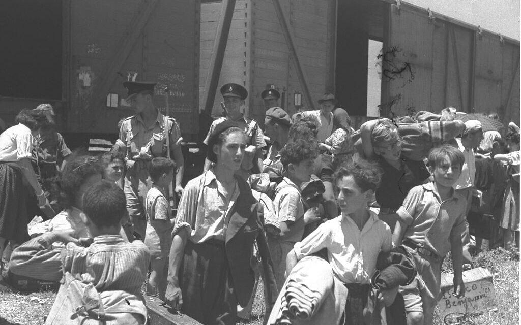 """ילדים שניצלו ממחנות הריכוז הנאצים מגיעים למחנה עתלית ב-1945 (צילום: לע""""מ)"""