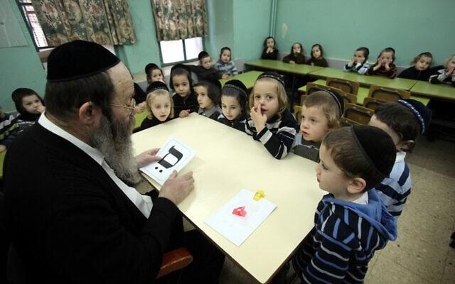 ילדים חרדים לומדים קרוא וכתוב בחיידר במאה שערים (צילום: יוסי זמיר/פלאש90)