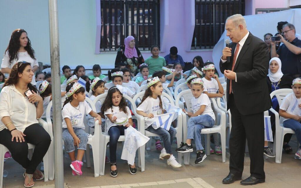 """ראש הממשלה בנימין נתניהו ביום הראשון של שנת הלימודים תשע""""ז בבית ספר בטמרה, 1 בספטמבר 2016 (צילום: פלאש 90)"""