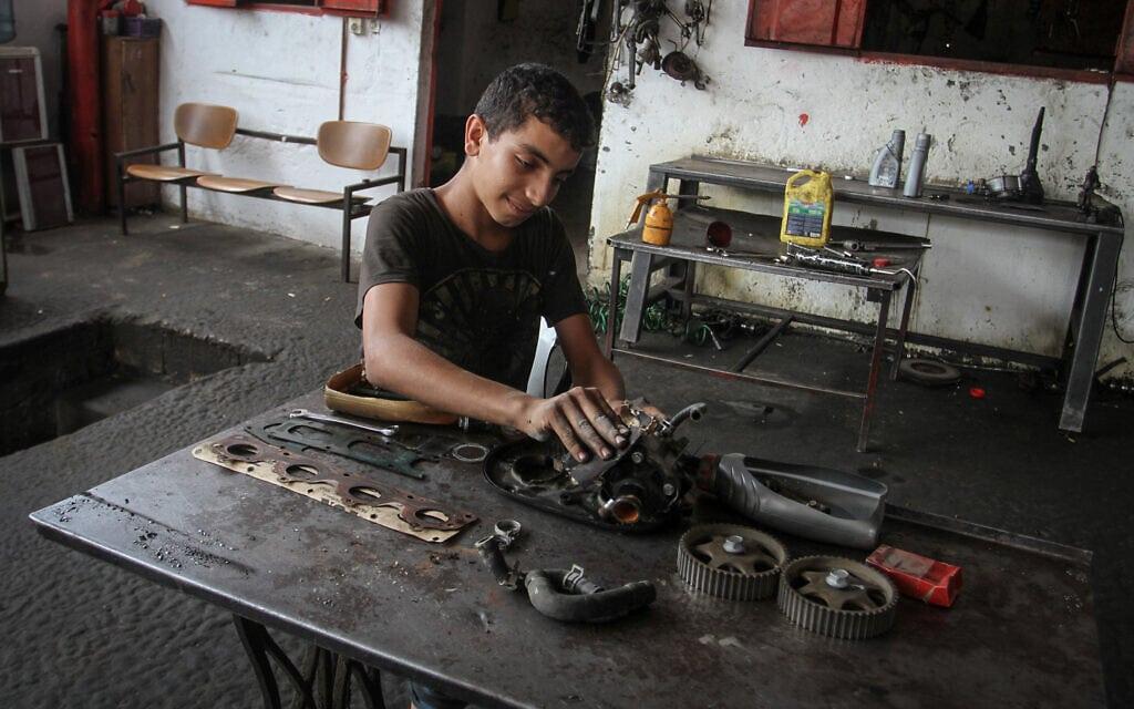 נער עובד במוסך (למצולם אין קשר לנאמר בכתבה) (צילום: Abed Rahim Khatib/ Flash90)