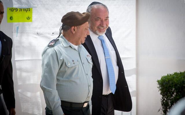אביגדור ליברמן וגדי איזנקוט בטקס האזכרה לציון 50 שנה למלחמת ששת הימים, 24 במאי 2017 (צילום: מרים אלסטר/פלאש90)