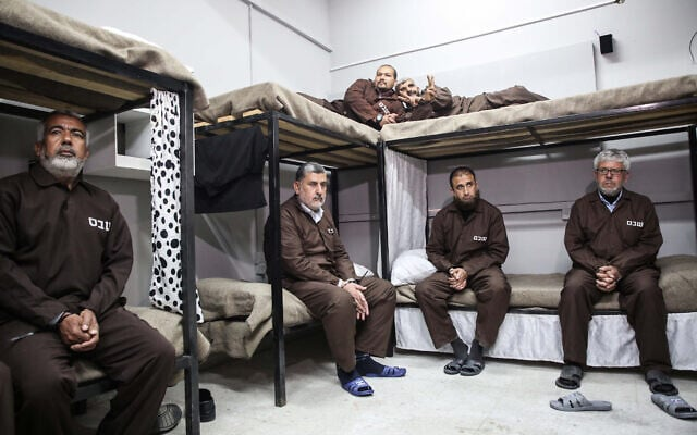 פלסטינים בעזה במיצב המציג לכאורה את תנאי האסירים הביטחוניים בישראל, 9 באפריל 2019 (צילום: Hassan Jedi/Flash90)