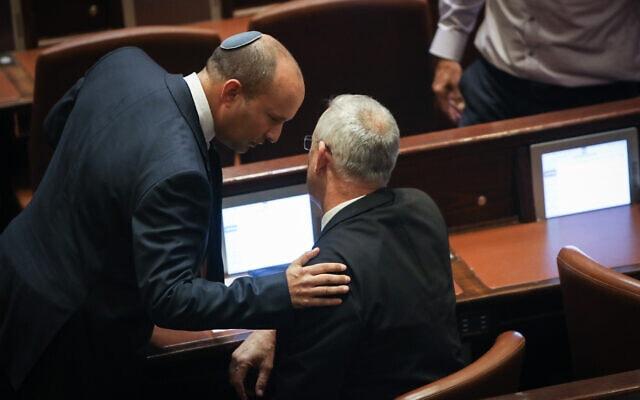בני גנץ (מימין) ונפתלי בנט במליאת הכנסת, 29 באוקטובר 2019 (צילום: פלאש 90)