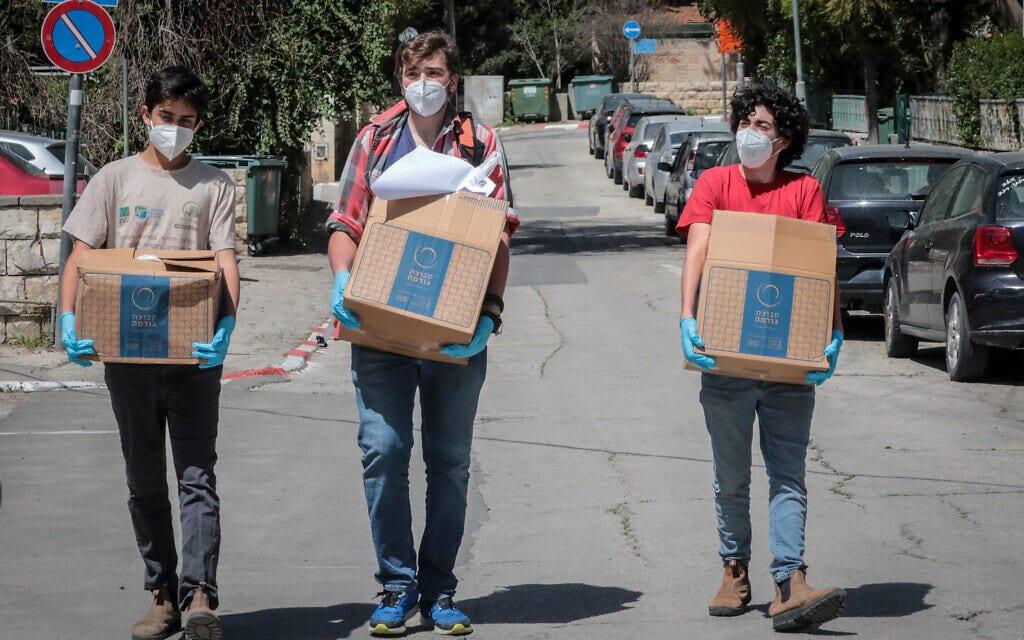 מתנדבים מחלקים חבילות מזון לנזקקים בתקופת הקורונה, מרץ 2020 (צילום: יוסי זמיר/פלאש90)