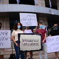 מפגינים מחוץ לקרית הממשלה בתל אביב קוראים לתמיכה כספית מהמדינה. 13 ביולי 2020 (צילום: Tomer Neuberg/Flash90)