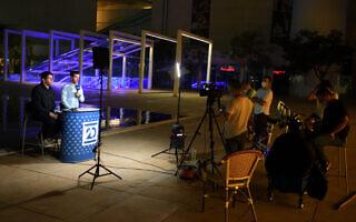 עמדת השידור של ערוץ 20 בכיכר הבימה, 15 באוקטובר 2020 (צילום: גילי יערי/פלאש90)