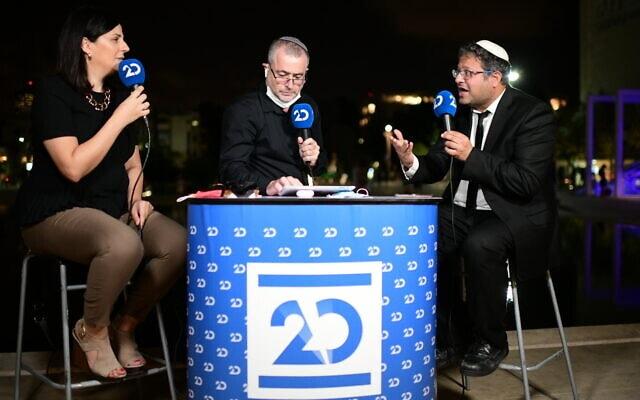 שמעון ריקלין (במרכז) מראיין את איתמר בן-גביר בעמדת השידור של ערוץ 20 בכיכר הבימה, 15 באוקטובר 2020 (צילום: תומר נויברג/פלאש90)