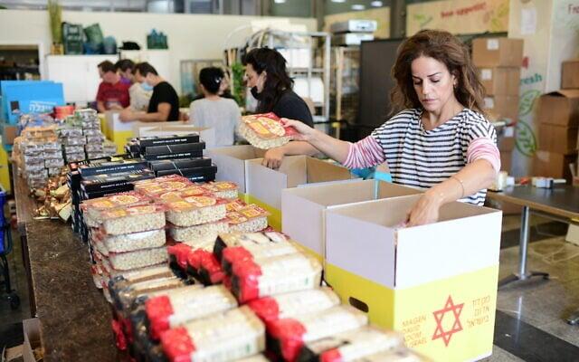 גלית גיאת ביחד עם מתנדבים מכינים משלוחי מזון לנזקקים, 24 בנובמבר 2020 (צילום: תומר נויברג/פלאש90)