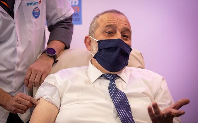 """יו""""ר ש""""ס אריה דרעי מקבל חיסון נגד נגיף הקורונה, 20 בדצמבר 2020 (צילום: יונתן זינדל/פלאש90)"""