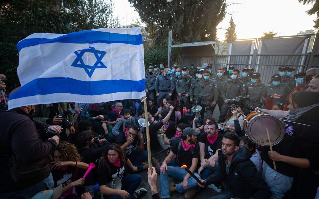 המפגינים בבלפור מחוץ למעון ראש הממשלה, 2 בינואר 2021 (צילום: אוליבייה פיטוסי/פלאש90)