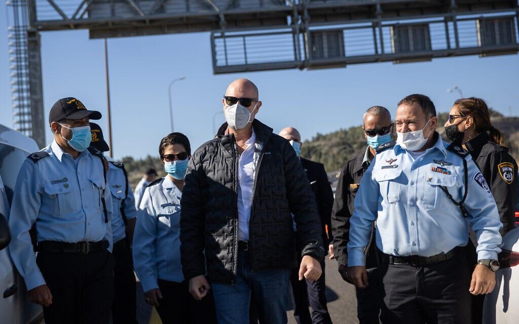 """השר לביטחון פנים אמיר אוחנה ומפכ""""ל המשטרה קובי שבתאי בביקור במחסום משטרתי בכביש 1 במהלך הסגר השלישי, ינואר 2021 (צילום: יונתן סינדל / פלאש 90)"""